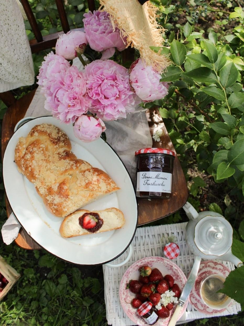 Domowa chałka z waniliową kruszonką i konfiturą truskawkową