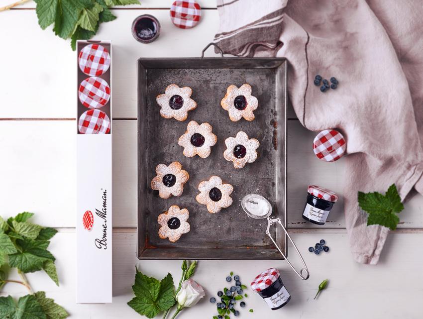 Przepis - Kruche ciasteczkaz konfiturą z czarnej jagody  - Bonne Maman